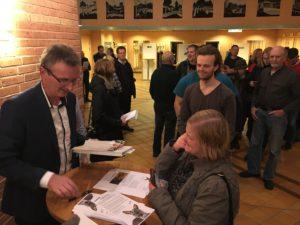 Kristoffer Sahlén med bok kunder